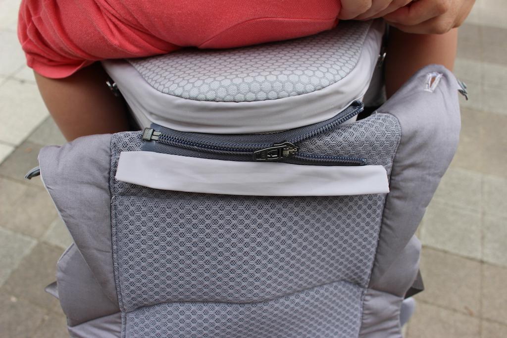 힙시트와 아기띠를 아래쪽 지퍼로 2차 체결